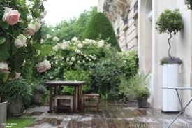 amenagement terrasse paris un jardin avec terrasse où s u0027épanouissent des hortensias des iris