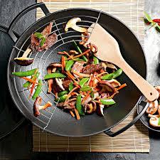 la cuisine asiatique la cuisine asiatique réussit parfaitement dans le grand wok en fonte