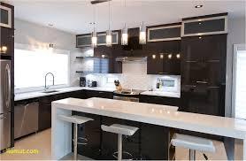 cuisine stratifié cuisine chic avec portes de stratifié au fini lustré et ptoirs de