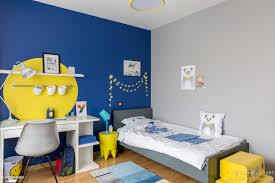 chambre bleu et chambre pour un garçon qui aime dessiner le bleu et le jaune