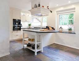küche landhausstil modern helle klassische landhausküche mit kochinsel und verkleideter