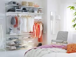 dormitorio luminoso con estantes cestos de rejilla y barras para