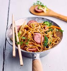 recette cuisine wok wok de nouilles sautées à la saucisse de montbéliard les