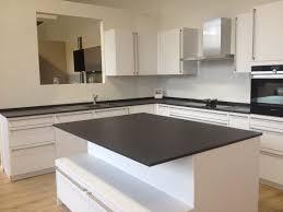 cuisine ultra moderne cuisine ultra blanche et moderne plan de travail noir en dekton
