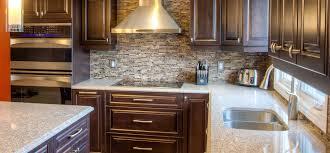 en cuisine avec cuisine classique foncée avec comptoirs de quartz