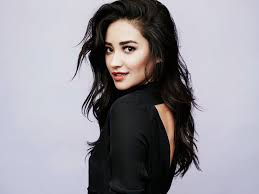 black hair for the beach exclusive the secret to shay mitchell s beachy waves byrdie au