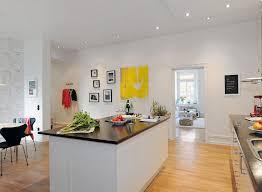 cuisine blanche parquet design interieur cuisine blanche sympa sol parquet tableau jaune