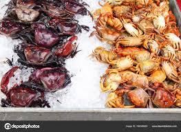 cuisiner crabe crabe sur la glace pour cuisiner de la nourriture de rue