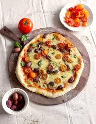 cuisiner les tomates cerises pizza aux tomates cerises au fromage vegan maison et au basilic