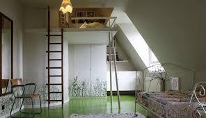 hauteur plafond chambre très sympa mais la hauteur sous plafond doit être plus importante