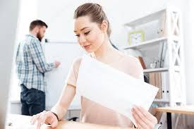 femme de bureau femme d affaires travailler avec des documents et en tapant sur l