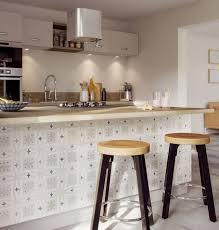 idee tapisserie cuisine cr dence cuisine en papier peint lavable inspiration vitrail