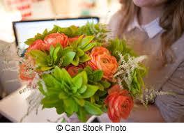 livraison de fleurs au bureau beau bouquet fleur bureau livraison tenue femme