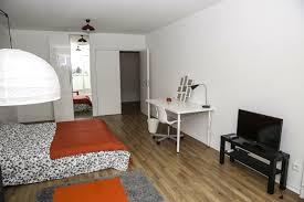 coin chambre dans salon chambre meublée avec un coin salon et un accès terrasse