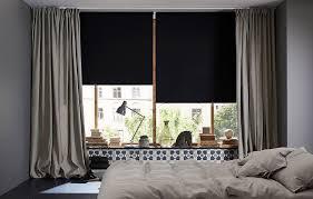stores pour chambres à coucher chambre à coucher avec grandes fenêtres stores à enrouleur
