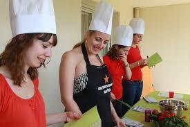 cours de cuisine evjf top 6 pour un enterrement de vie de fille feed traiteur