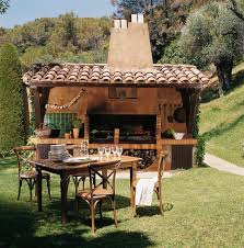 Outdoor Kitchen Roof Ideas by Junto A La Zona De Barbacoa Este Comedor Se Ha Situado Junto A Una