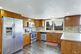 plancher cuisine cuisine à manger avec plancher de bois franc armoires brunes avec
