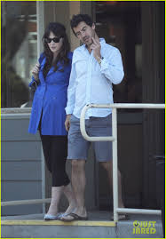 pregnant zooey deschanel grabs lunch with her fiance photo