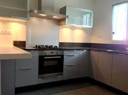 plan de travail cuisine noir cuisine grise et plan de travail noir photo decoration gris 2