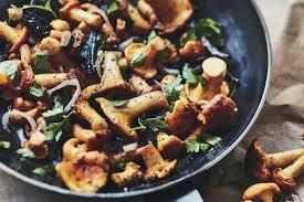 cuisiner les chanterelles grises ma recette de poêlée de chanterelles laurent mariotte
