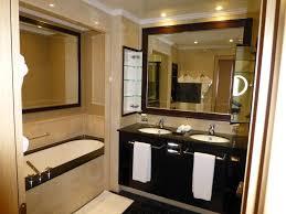 fernseher badezimmer badezimmer mittig im spiegel der fernseher kempinski hotel