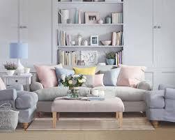 coussin sur canap gris peinture murale et combinaisons couleurs intérieur moderne
