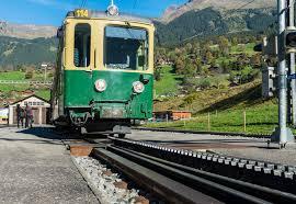 treno cremagliera treno e ferrovia a cremagliera in grindelwald fotografia stock