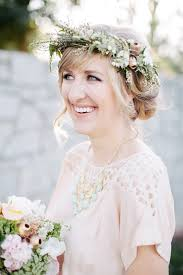 wedding flowers in hair tips and ideas for wearing fresh flowers in your hair for your