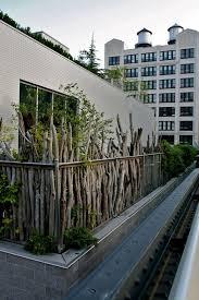sichtblende balkon balkon sichtschutz ideen holz zweige pflanzen rustikal aussehen