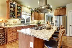 cuisine parfaite cuisine parfaite avec le plancher en bois dur et l île image stock