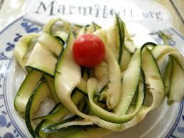 cuisiner la courgette salades de courgettes crues à la provençale recette de salades de