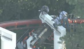 Hours Of Six Flags Six Flags Coaster Derails Leaves Riders Hanging For Hours