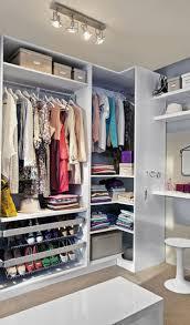 d馗o chambre femme dressing femme cacher et ranger les vêtements en beauté le