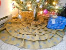 burlap christmas tree skirt craftaholics anonymous ruffled burlap christmas tree skirt tutorial