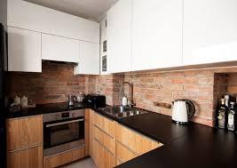 plan de cuisine en bois plan de travail cuisine en granit noir armoires en blanc et bois