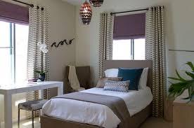 rideau pour chambre a coucher rideaux en jaune et stores bateaux occultants blancs