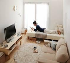 bett im wohnzimmer kleines wohnzimmer mit einem hellen bett bedroom 101