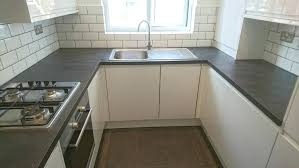 installation cuisine kitchens fitted kitchens burford gloss white howdens cuisine