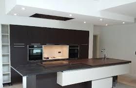 plan de travail design cuisine cuisine en laque mat et chêne foncé avec plan de travail en