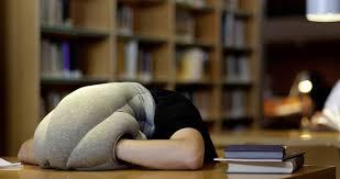 cuscini per dormire bene ostrich pillow lo strano cuscino per dormire ovunque bednews