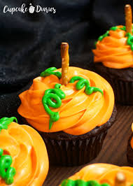 how to make halloween cake decorations easy halloween cupcakes ideas 25 easy ideas to try