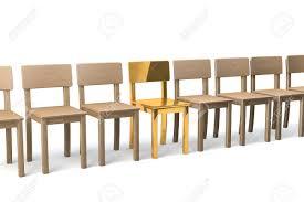 chaise dorée rangée de chaises en bois sur fond blanc une chaise dorée au milieu