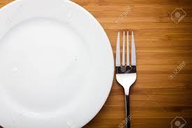assiettes en bois assiette vide et une fourchette sur la table en bois banque d