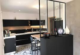 verriere dans cuisine cuisine design avec hotte ilot lustre et verrière