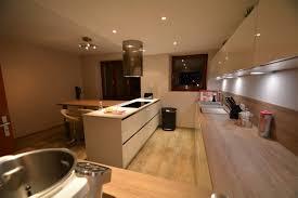 cuisine blanc mat sans poign cuisine blanche sans poignes avec plan bois et dekton blanc kk for