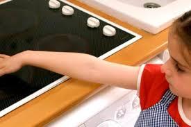 s curit en cuisine prévenir les risques d accidents dans la cuisine guide maman bébé
