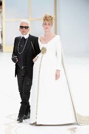 robe mariã e enceinte le défilé chanel clôturé par une mariée enceinte famili fr