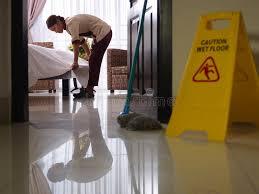 nettoyage chambre hotel bonne au travail et au nettoyage dans la chambre d hôtel de luxe