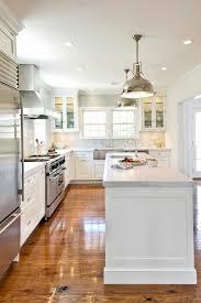 cuisine blanche parquet une cuisine blanche avec sol en parquet clair et plafond blanc